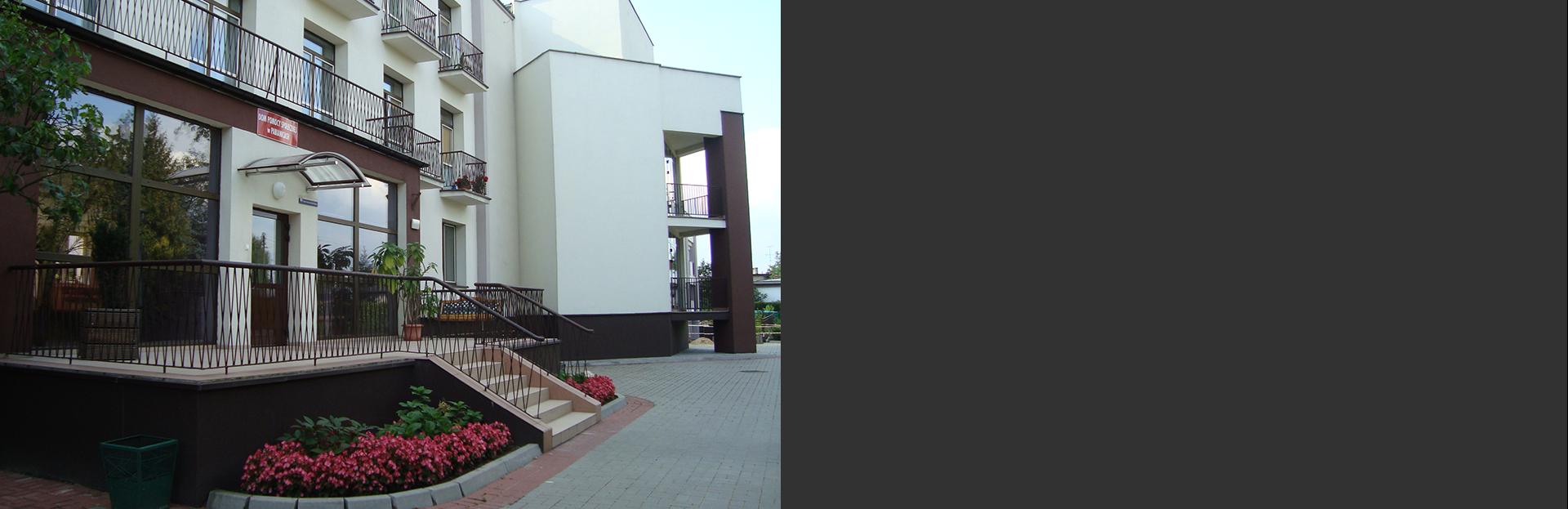 Dom przy ul. Wiejskiej: front budynku domu pomocy społecznej przy ul. Wiejskiej.
