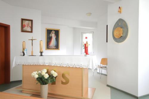 zdjęcie ołtarz kaplicy znajdującej się w domu.