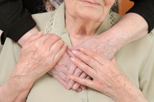 zdjęcie tu są dwa zdjęcia. Pierwsze od lewej: okazanie wsparcia. ręce psychologa ułożone na dłoniach mieszkanki.