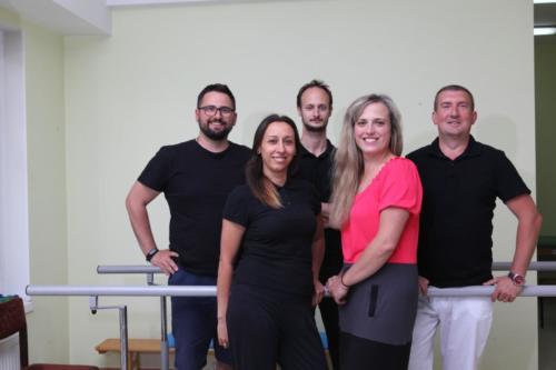 zdjęcie zgrany zespół fizjoterapeutów, trzech mężczyzn i dwie kobiety.